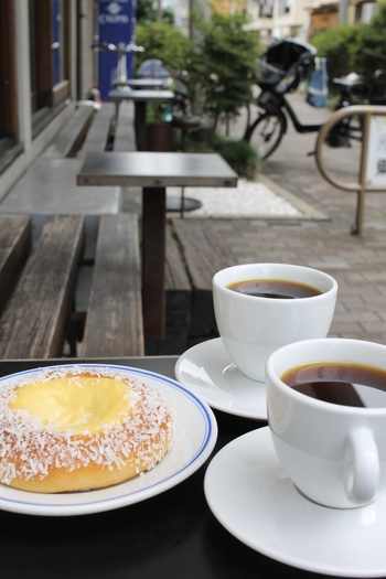コーヒーは上質な豆を丁寧に抽出しているのがよくわかる繊細なお味です。夜はお酒を楽しむこともでき、何度でも訪ねてみたくなるコーヒースタンドです。