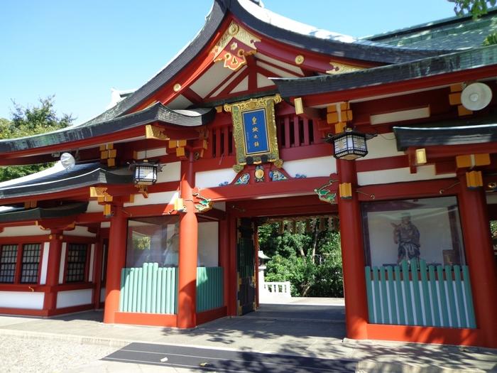 江戸三大祭の一つである山王祭が執り行われる日枝神社は、厄除け、縁結び、交通安全、安産など様々なご利益があることで知られています