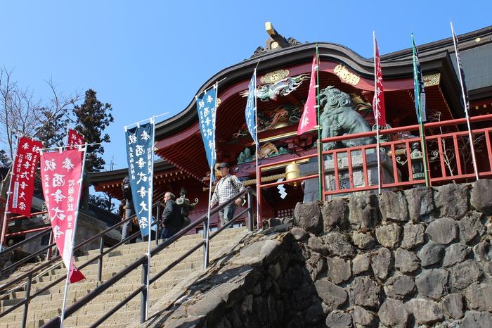 標高929メートルの御岳山の山上に鎮座する武蔵御嶽神社は、紀元前91年に創建された神社です。古くから山岳信仰の場として知られており、現在も大晦日からお正月にかけて大勢の参拝客でにぎわいます。