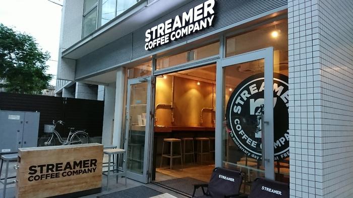 JR渋谷駅から徒歩7分、東京メトロ表参道駅から徒歩8分ほどの距離にあるこちらのお店。ラテアートの世界チャンピオンが手がけるコーヒースタンドとして有名です。