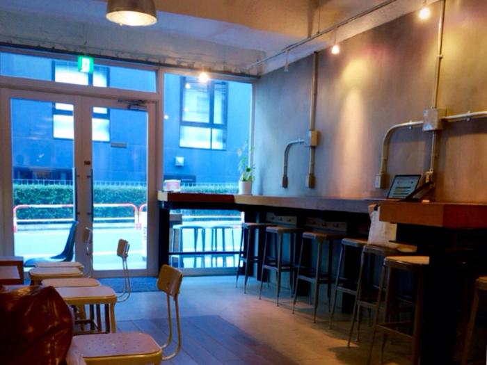 シンプルでスタイリッシュな雰囲気の店内は、お席が全部で25席用意されています。ハイスツールやテーブル席、ソファ席などいろいろあるので、おひとり様でも安心して入ることができます。