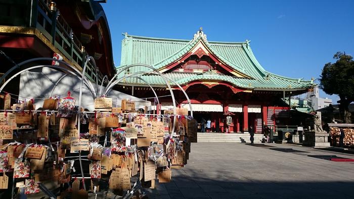 開運、厄除け、縁結び、商売繁盛などの御利益がある神田神社境内には、参拝者の願いが綴られた無数の絵馬が掲げられています。