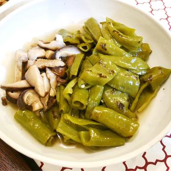 京都の伝統野菜のひとつ「万願寺とうがらし」と椎茸の煮びたしレシピ。特殊な食材なので、一般的なとうがらしでもOKです。ピリリとした味わいは、ビールとの相性バツグンです♪