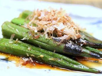 炒め料理や天ぷらなど、色んなお料理に活用しやすい「オクラ」。焼きびたしのレシピをマスターして、アレンジの幅を広げてみませんか?オクラを焼いて、だし醤油に浸すだけの簡単レシピ。かつお節を乗せることで、風味豊かに仕上がっています。