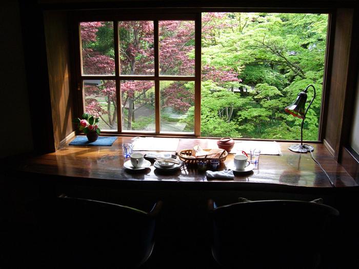 由布院の老舗旅館、亀の井別荘敷地内にある人気カフェ「茶房 天井棧敷」。江戸末期の造り酒屋を改装した店内で、流れるグレゴリオ聖歌を聴きながら、ゆっくりと穏やかな珈琲時間が堪能できそうですね。