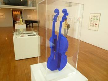 ミュージアムには、他にも音楽にまつわる様々なアート作品が展示されています。ハッとするような鮮やかなブルーのバイオリンも素敵!