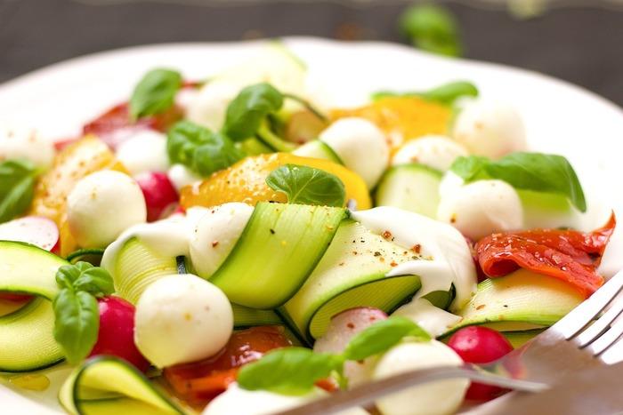 ビタミンカラーが美しいお野菜はしなびない内にたくさん食べて、その栄養素も余すところなくいただきたい。普段、生だとちょっと食べづらいというお野菜も薄くスライスすることで、ドレッシングも絡みやすく格段と食べやすくなります。赤や緑、黄色...、カラフルな野菜を組み合わせるだけで、こんなにおしゃれでおいしそうに仕上がります。