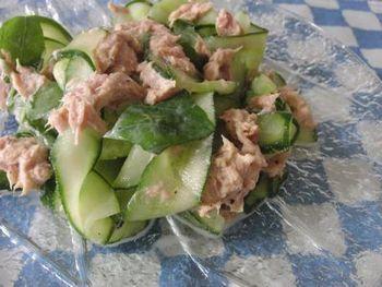 生バジルを使った、食感も香りも良いサラダです。ヨーグルトの爽やかな酸味で、食べ出したらついつい箸が止まらなくなりそう。
