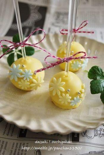 ほんのり懐かしい爽やかなレモン風味のケーキポップ。細かくしたスポンジケーキにクリームチーズを混ぜて、丸く形作ったら、溶かしたレモンチョコレートでコーティング。アラザンやチョコペンで飾り付けを楽しみましょう。