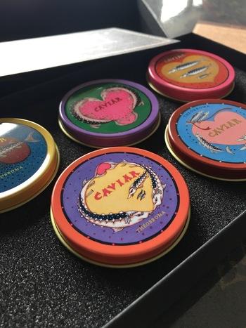 デザインは、イラストレーターの樋上公実子氏。テオブロマ15周年を記念して歴代のキャビアチョコレート缶をミニサイズで復刻させました。どれもくすっと笑ってしまうデザインばかり。  ミニサイズなので、細々したものをしまっておくのにちょうど良さそう。バッグに入れて持ち歩くのもおすすめですよ。