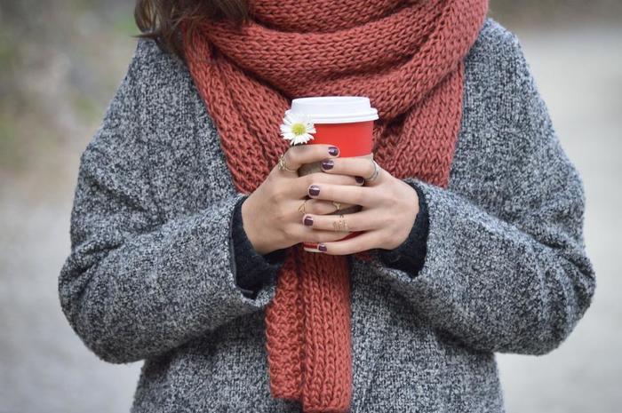 少し肌寒くなり、ファッションも秋から冬へと移り変わる季節になりましたね。かじかむ指先を秋冬ネイルに変えて、手元からあたたかみのあるコーディネートを楽しんでみませんか?今回は秋冬におすすめのカラーや柄などのネイルアレンジをご紹介します。