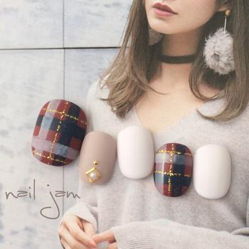 ダークレッドにネイビーを入れた秋冬らしいあたたかみのあるチェック柄。マット感のあるホワイトカラーを添えて、ガーリーでやわらかい質感を演出しています。ワントーンのワンピースやニットなどのファッションに合わせたいですね♪