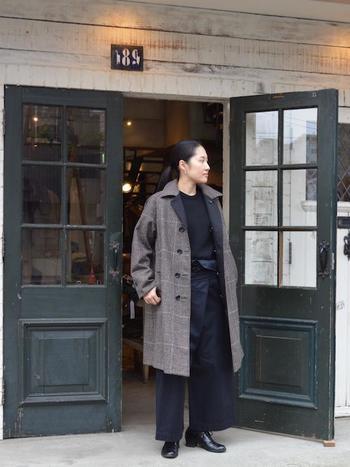 ブラックのコーデが多くなる秋冬に、あえてダークなグレンチェックコートをチョイス。ざっくりとしたシルエットが素敵です。
