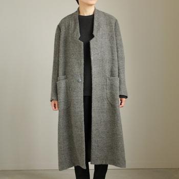 メンズライクな印象になりがちなコートには、「ノーカラー」を選んで。スタイリッシュでデザイン性の高いコーデに仕上がります。