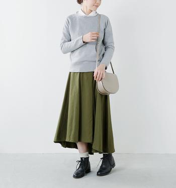 ボリュームのあるフレアが魅力のスカート。エレガントさの中にさりげなくミリタリーな雰囲気が漂い、キレイめからカジュアルまで幅広い着こなしを楽しめます。動くたびに表情を変えるスカートは、着ているだけで気分も上向きに♪