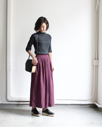 ボリュームのあるロングスカートのような雰囲気に仕上げられたワイドパンツ。フロントのタックとウエストゴムのバック部分に入ったギャザーが、ふんわり優しいシルエットを生み出しています。滑らかでやや光沢感のある素材で、どことなくエレガントな佇まいに。寒くなってきたら、タイツを重ねた着こなしもおすすめです。