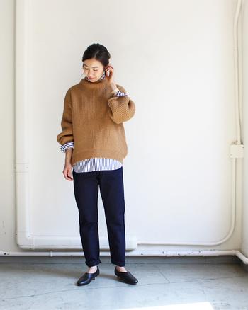 大人の女性におすすめの、インディゴブラックのデニム。色がブラックになっただけでグッと落ち着いた印象になり、カジュアルはもちろん上品なスタイルも楽しむことができます。日本ブランドらしい、美しいシルエットも魅力。