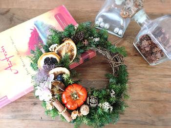 フルーツや木の実やスパイス、もちろんかぼちゃも! 秋の実りを感じさせてくれるデザイン。