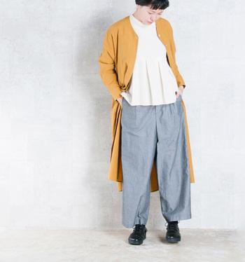 スタンダードな形で着心地も楽チンなワイドパンツ。大きくゆったりとしたシルエットですが、さりげなく裾に向かって細くなるテーパード仕様になっていて、着ると上品な雰囲気に。ワンピースやチュニックを重ねたレイヤードスタイルも様になります。