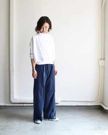 ワタリから裾まで迫力のあるワイドシルエットですが、センターシームのおかげで品良く穿きこなせる一枚。長さのある丈はそのまま穿いてもいいですし、ロールアップしてアクセントを付けても素敵です。ボリュームがあるので、トップスはコンパクトにまとめるのが正解!