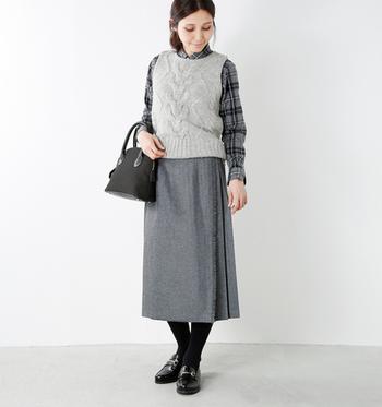同じく「オニールオブダブリン」のブリティッシュキルトスカート。サイドのベルト位置からバックにかけて、美しいプリーツが施されています。やや長めの丈がよりクラシカルな雰囲気を演出。さりげなく全身をグレーで統一すると、よりオシャレ度がアップしますね。