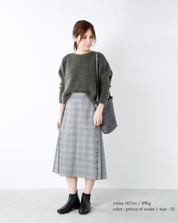 流行に左右されない定番の「巻きスカート」をグレンチェックのデザインで。きれいなシルエットが大人っぽい雰囲気を演出してくれます。