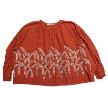 美しい麦の穂がデザインされた「ミナペルホネン」のブラウス。ミナペルホネンのシリーズは刺繍がとても素敵です。上品なイメージなので、お出かけにピッタリですね。