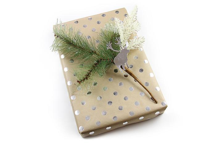 モミの木の葉っぱに、トナカイのモチーフをさり気なく添えてクリスマスギフトを演出するのも素敵♪