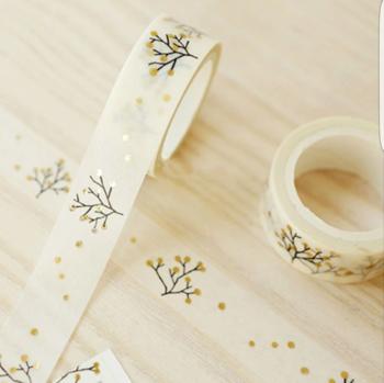 ハンドメイドサイトで見つけた、思わず手に取りたくなっちゃうマスキングテープをまとめてみました! こちらは、クリスマスにおすすめなマスキングテープ。ゴールドのドットが可愛いらしい雰囲気。クリスマスカードのふち取りに貼っても素敵です。