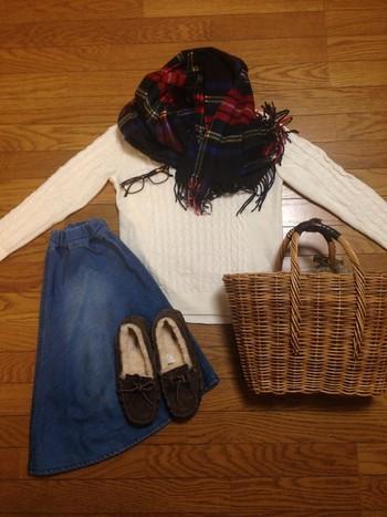 寒い季節に活躍するストール。ウールは籐と同じ天然素材なので、ナチュラルな雰囲気のコーデに仕上がります。