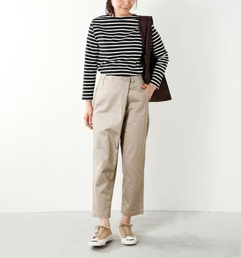 ラップスカートのようなフロントの折り返しデザインが印象的なパンツ。トップスインをしてフロントを強調した着こなしも、すっきりオシャレに決まります。裾にかけてスッと細くなる美しいシルエットも魅力。ウエストの後ろ部分にはゴムが通されていて楽に過ごせます。