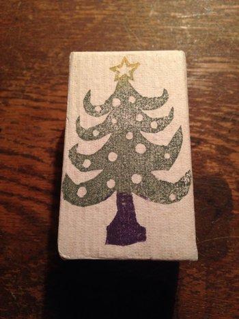 シンプルなカードに、クリスマスツリーモチーフのスタンプをさり気なく押すのも素敵♪