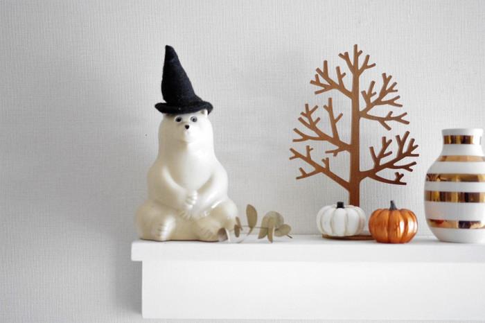 北欧インテリアでおなじみのシロクマも、魔女の帽子を被せてハロウィン仕様に。
