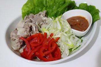 """サムジャンのサム(쌈)は、ごはんや野菜を包んで食べる韓国料理のこと。この料理を食べるとき""""ある調味料""""をつけて包むのですが、それがサムジャンです。味噌やごま油、砂糖などの甘味料、にんにくなどで作られ、コチュジャンを入れることもあります。"""