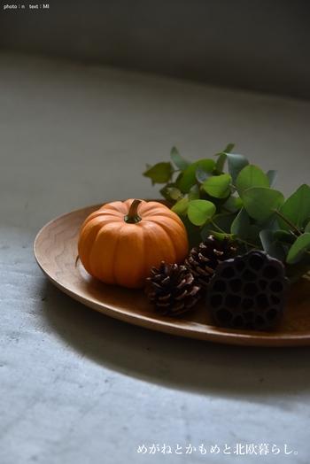 プレートにミニサイズのかぼちゃ、木の実、ユーカリをデコレーション。飾るものを選べば子どもっぽくならずにさりげない季節感が楽しめます。