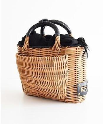 エバゴスには服や靴などもラインナップがありますが、やはり人気なのが「かごバッグ」。紅籐を使ったかごバッグは可愛いのにとっても丈夫。それもそのはず、エバゴスのかごバッグはひとつひとつ職人さんが作っています。かごバッグの値段はちょっぴりお高いですが、ずっと大切に使っていきたいと思わせてくれる魅力があります。