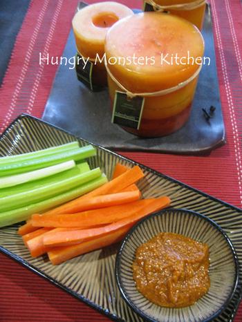 日本で、きゅうりに味噌をつけて食べるのと同じ感覚で。サムジャンに、さらにいくつか調味料を合わせて、野菜にディップしていただくレシピも美味しそう。