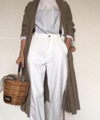 白のアイテムはかごバッグと好相性。ナチュラルカラーのカーディガンを羽織って変化を付けると◎。