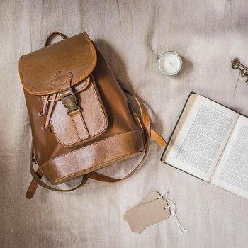 キャメルのリュックは、柔らかい革と色の相性が抜群。 本やペンを詰め込んでお出かけすれば、なんだかイギリスの学生になった気分。