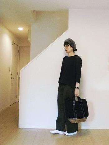 シンプルなブラックカラーのコーディネートに合わせたカゴバックの籐とファーのヘアバンドがアクセントに。デイリースタイルに取り入れても素敵ですね。