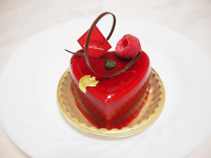 こちらは、食べてしまうのがもったいないほどの宝石のように美しいケーキ「ルージュ」。甘すっぱいベリーとチョコの絶妙なコンビネーションが楽しめます。真っ赤なハート型のケーキにきゅん♪としそう。