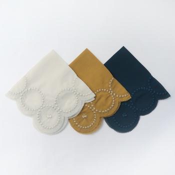 ミナペルホネンのタンバリン柄のハンカチは、とっておきのアイテムになりそうなほど素敵な1枚。さりげなくちょうちょの刺繍も入っています。