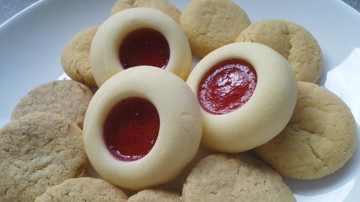 中には、フィンランドやスウェーデンのお菓子やさんでよく見かける焼き菓子が。バターたっぷりの生地に、いちごのジャムをたっぷり詰めたものやオートミールクッキーなどが入っています。クリスマスやバレンタインのギフトとしても人気なんですよ。