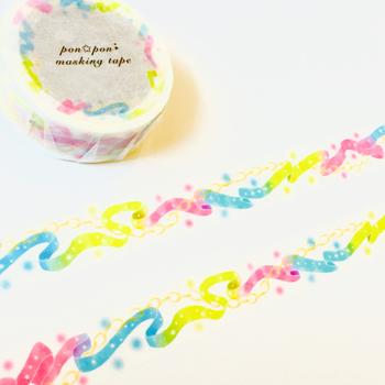ふんわりリボンのマスキングテープ。明るい色合いのマスキングテープは、ちょこっと貼るだけで、明るい雰囲気を作ってくれます。メッセージカードや日記などに貼って、活用してみては!