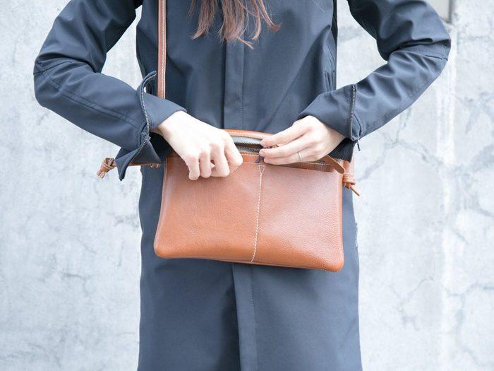 バッグや財布などのレザーアイテムは、長く使い込むほどにエイジングによる色や質感の変化が楽しめるのが魅力です。 ただ、外に持ち歩くものなので、お手入れをしないとだんだん傷んできてしまいます。