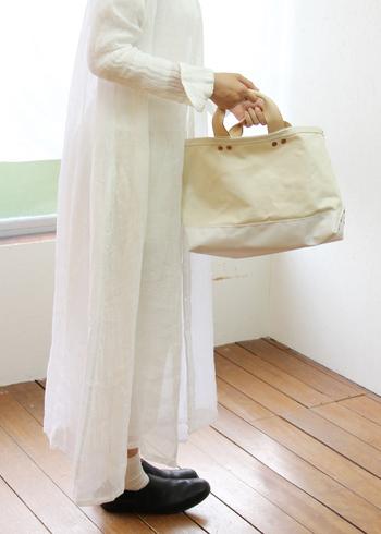 ナチュラルな風合いが魅力の帆布バッグ。丈夫でモノがしっかり入るので、ついどこにでも持ち歩いてしまうことも。ただ、帆布のアイテムはお洗濯ができないものも多いんです。