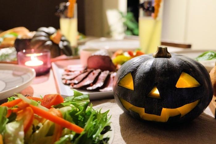 自分でかぼちゃをくり抜いて、本物のジャック・オー・ランタンを作るのも楽しそう! リッチなハロウィンパーティーの出来上がりです。