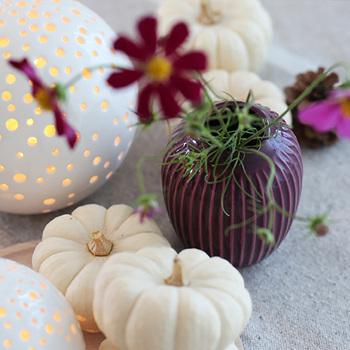 白×アイボリー×紫の大人なカラーコーディネートも素敵。オレンジや黒じゃなくてもほんのりハロウィンっぽさを演出できています。