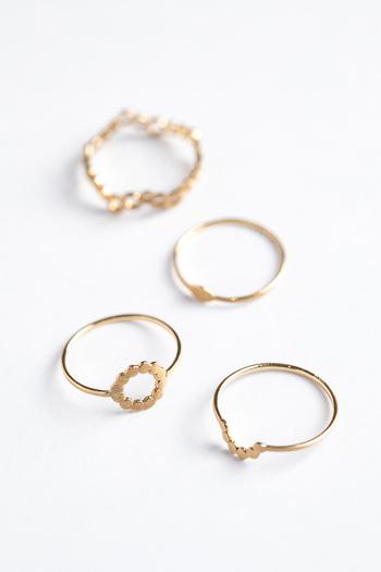 ゴールドのリングも、指先に輝きをプラスするオススメのアイテムです。控えめで繊細なデザインの物を選んで、日常使いに活用しましょう。こちらは地金だけを使ったシンプルな作りのリング。一つ一つのモチーフがちょっぴり個性的で、さりげない存在感を放っています。