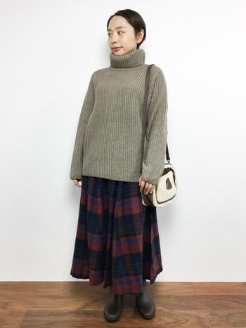 ざっくりニットでボリュームを出したスタイリングは可愛らしい印象に。落ち着いたトーンのスカートには、明るめのトップスを合わせる事で、軽やかさが出てバランスの良いコーディネートが作れます。